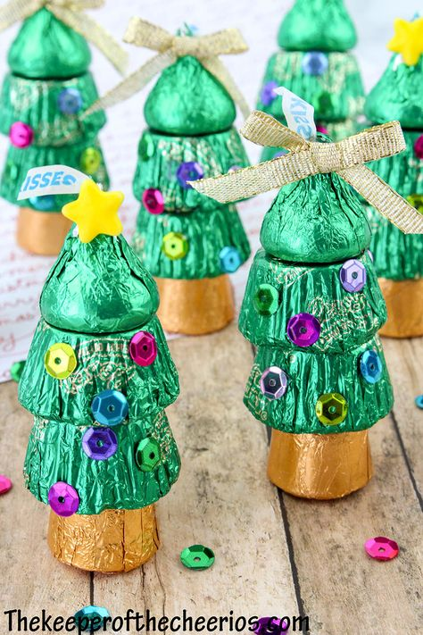 Christmas Candy Crafts, Christmas Gifts For Coworkers, Christmas Favors, Candy Christmas Decorations, Holiday Candy, Homemade Christmas Gifts, Best Christmas Gifts, Christmas Projects, Kids Christmas