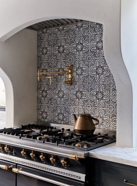 11 Unique Tile Backsplashes That Make the Case for Decorating with Color and Pat. 11 Unique Tile Backsplashes That Make the Case for Decorating with Color and Pattern – Tile wa Spanish Style Homes, Spanish House, Spanish Style Decor, Spanish Style Bathrooms, Spanish Style Kitchens, Spanish Kitchen Decor, Spanish Colonial Kitchen, Spanish Style Interiors, Hacienda Style Homes
