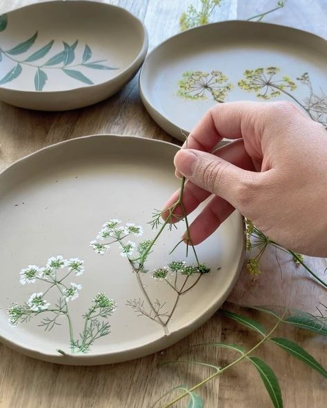 Artist Hessa Al Ajmani creates incredible floral ceramics. She presses assemblages of flowers on every handmade piece, making each one unique. Diy Clay, Clay Crafts, Plaster Crafts, Slab Pottery, Ceramic Pottery, Thrown Pottery, Crackpot Café, Ceramic Clay, Ceramic Bowls