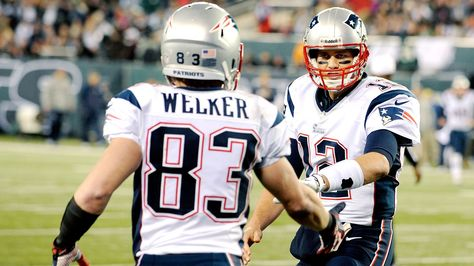 Tom Brady of New England Patriots recruits former teammate Wes Welker to play catch. Finds a way to thumb his nose at his suspension restrictions 👊🏼
