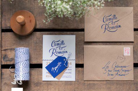 Faire-part de mariage bleu marine et doré. Calligraphie. Kraft. Wedding invitation blue and gold. Lettering. Kraft. Réalisé par / Made by Les crâneuses - Wedding design.