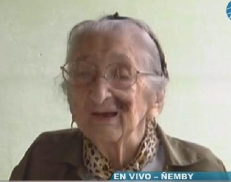 Dolores Sosa, oriunda de Caraguatay, falleció los 104 años esperando que el Estado le brinde una pensión por la tercera edad. La señora nació en 1912 y hace dos años atrás consiguió su primera cédula. Su cuerpo es velado al pesar de sus familiares, hijos, nietos, bisnietos y tataranietos en el barrio San Carlos de …