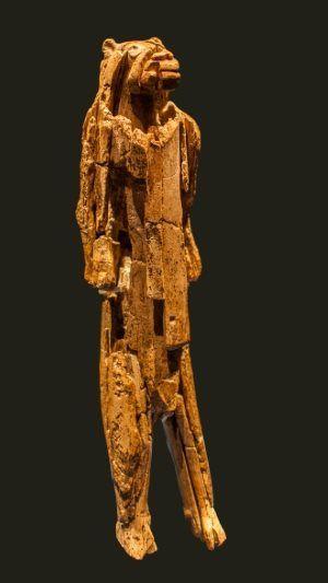 """Uomo-leone di Hohlenstein Stadel.Una figura umana dalla testa leonina. In posizione eretta. Tra me e lei, solo un vetro. Un'emozione indescrivibile. Foto """"Dagmar Hollmann / Wikimedia Commons"""" """"Lizenz: CC BY-SA 3.0"""""""