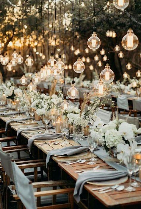 Varal de lâmpadas | Casamento iluminado é casamento ainda mais bonito e feliz! As luzinhas são tendência na decoração e aparecem em vários estilos de festa. Você gosta da ideia? Aproveite para se inspirar! Aqui, varal de luzinhas na decoração. #wedding #casamento #weddingdecor #decoracaodecasamento #lights #varaldelampadas #modernwedding