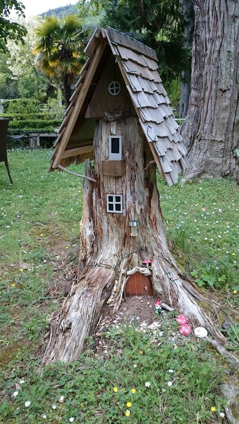 Sculpture de jardin maison de Gnome Garden house sculpture of Gnome. Made of old stump. It is always possible if … Fairy Tree Houses, Fairy Garden Houses, Garden Gnomes, Tree Garden, Fairies Garden, Gnome Tree Stump House, House Gardens, Diy Tree House, Tree House Designs