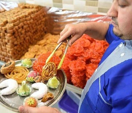 صانع حلوى جزائري ينسق طبقا من الحلويات والزلابية التي تلقى اقبالا كبيرا في رمضان Gettyimages Ramadan Algeria رمضان الجزائر حلويات