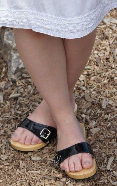Pin von Eric auf Holzschuhe getragen | Mädchenschuhe