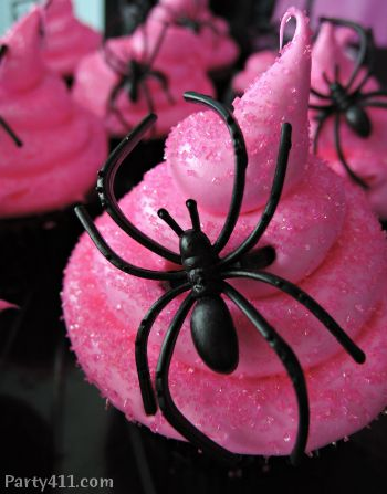 The black spider pops against this bright pink cupcake. Halloween bachelorette parties are the best!When girlie meets spooky! The black spider pops against this bright pink cupcake. Halloween bachelorette parties are the best! Halloween Snacks, Bolo Halloween, Pink Halloween, Halloween Goodies, Holidays Halloween, Happy Halloween, Halloween Decorations, Halloween Party, Halloween Night