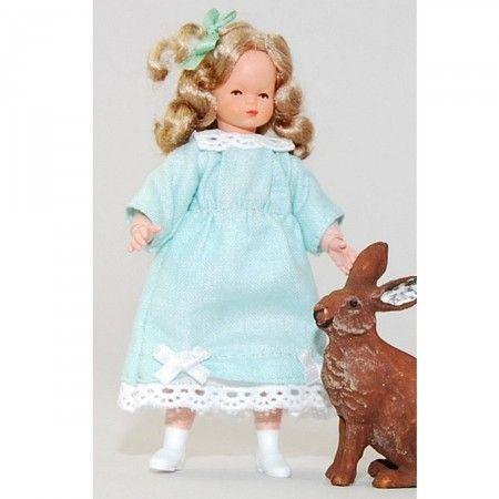 Mädchen im hellgrünen Sommerkleid (45018). Achtung, abweichend von Abbildung! Kleid hellgrün, Haar gelockt. Gesicht, Hände und Füße sind aus handbemaltem Plastolin, die Kleidung ist handgenäht. Gesamtgröße 8,5 cm. Unser süßer Schoko-Hase gehört nicht zum Lieferumfang :-)