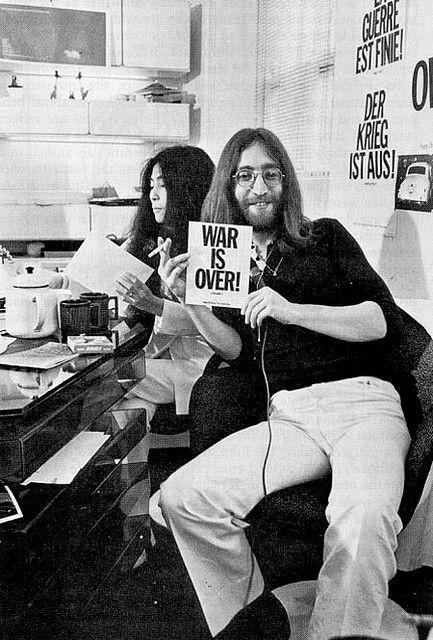 Shooting Film War Is Over If You Want It John And Yoko Ono Photo Shoot At The Kitchen Table With Tea Johnlennon Sho In 2020 John Lennon And Yoko Yoko Ono Lennon