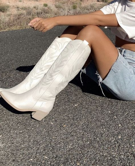 White Cowboy Boots, Cowboy Boot Outfits, Cowgirl Hats, Western Boots, Cute Shoes, Me Too Shoes, 70s Shoes, Trendy Shoes, Fashion Shoes