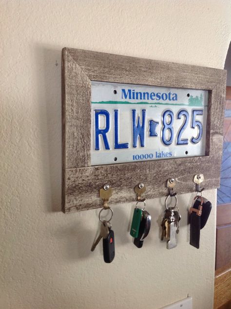 The Best Auto Repair Information In The World – Automotive License Plate Crafts, Old License Plates, License Plate Art, Recycled Crafts, Wood Crafts, Diy And Crafts, Old Key Crafts, Primitive Crafts, Primitive Christmas