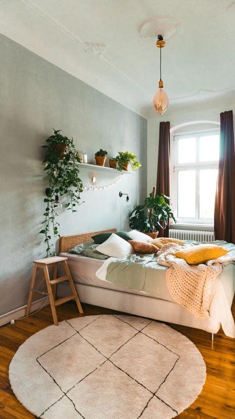 Schaffe ein warmes, herbstliches Flair mit nur wenigen Pinselstrichen. Mit einer grün grauen Wand erstrahlt dein gemütliches Schlafzimmer in einem völlig neuen Look.