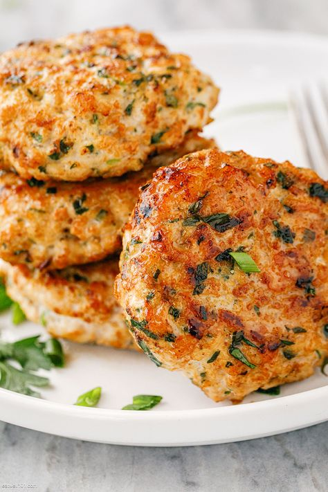 Easy Turkey Patties Recipe – These easy turkey patties make the perfect protein addition to your lunch or meal-prep! Turkey Burger Recipes, Chicken Recipes, Meals With Ground Turkey, Easy Ground Turkey Recipes, Ground Turkey Burgers, Sausage Recipes, Empanadas, Turkey Patties, Patties Recipe