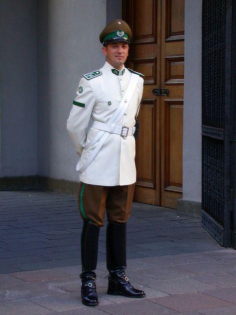 Uniform verano de la Guardia de Palacio de Carabineros de Chile / White summer uniform of the Chilean Military Police Moneda Palace Guard.