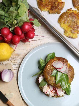 (Quelle: SWR) Quetschkartoffelburger mit Frischkäse und Radieschensalat (Koch: Tarik Rose)
