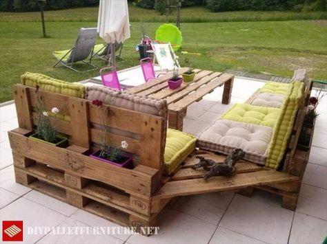Terrasse meublée avec canapés et table haute | Palette | Mobilier de ...