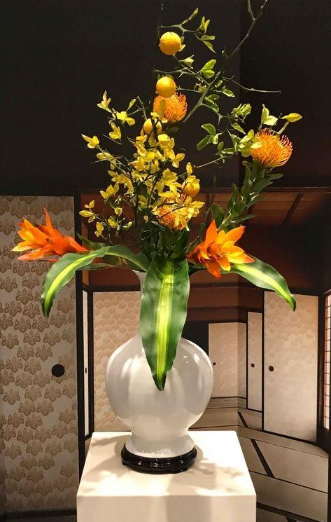 Fiori Gialli Vaso.Ikebana Con Vaso Bianco E Fiori Gialli Vasi Bianchi Arte