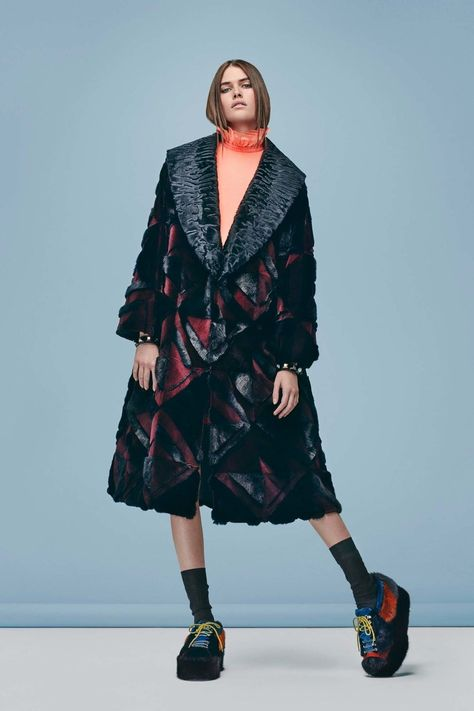 Fendi Pre-Fall 2016 collection, runway looks, beauty, models, and reviews.