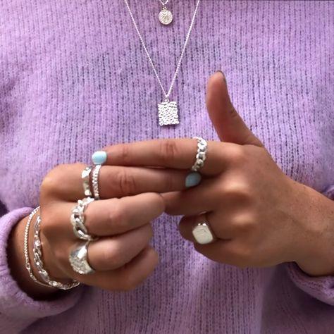 Girly Silver Crush er specielt til dig, der elsker det girly look blandet med en masse store sølv smykker 💖  Du er feminin på en cool måde, og du tør skille dig ud fra mængden, og vise hvem du er ⛓