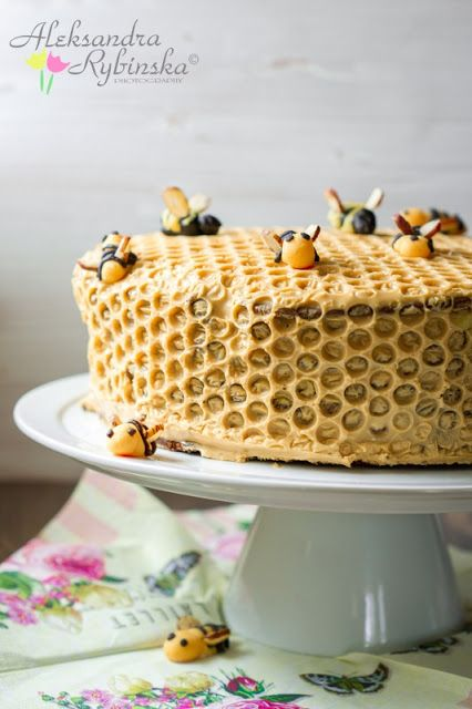 Firstly, this is a honey cake. Yum!? Secondly, the frosting design! Straw pokes or something? Gets the brain thinking about different options for such fun.