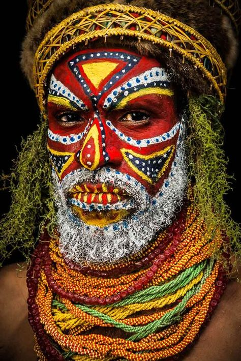 Tribal faces of Papua New Guinea. This one is from the Tambul Tribe, Mount Hagen, Papua New Guinea. Tribes Of The World, We Are The World, People Of The World, Arte Tribal, Tribal Art, African Tribes, African Art, Tribal Face Paints, Arte Peculiar