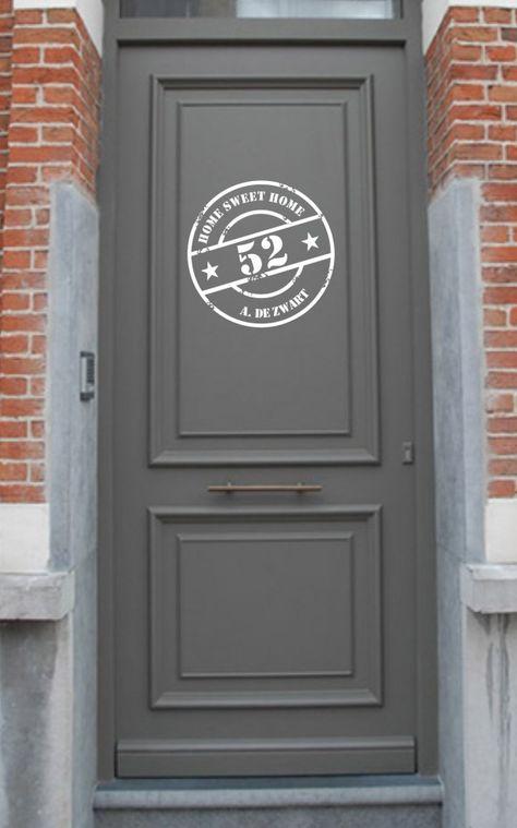 stoere familienaam stempelsticker op de voordeur. Door ilsestickerdesign