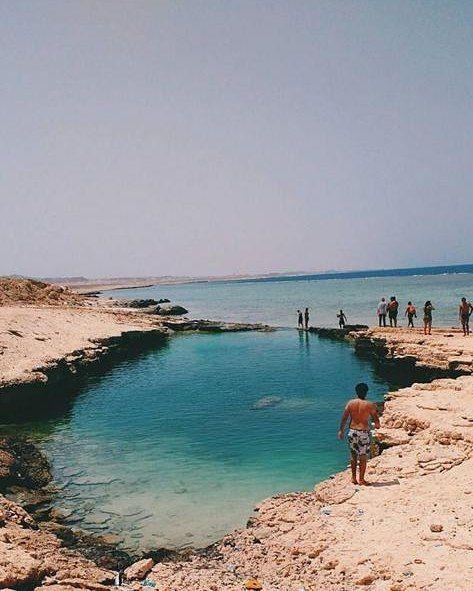 Uma Piscina Natural Localizada Em Marsa Alam No Egito Causa Polemica Entre Os Nativos Pela Sua Forma Ate Hoje Sem Explicacao Logic Coastline Outdoor Beach