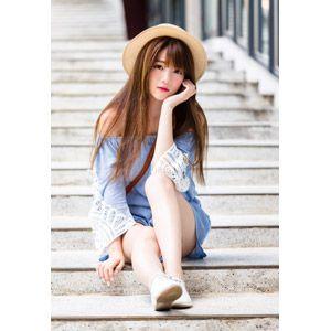 フリー写真 人物 女性 アジア人女性 欣欣 00001 中国人 帽子 麦わら帽子 座る 階段 頬杖をつく 女性 女性モデルポーズ 女の子 ポーズ