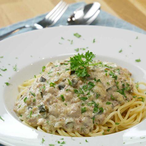 Ganz spontan entstand dieses Rezept als Resteverwertung. Wie der Name schon sagt, waren Zucchini, Pilze und Hackfleisch übrig.   #weissebolognese #bolognese #bolognesesauce #spaghettibolognese #pastasoße #zucchinipasta #zucchinisoße #rezepte #rezeptideen #einfacherezepte #schnellerezepte #nudeln #nudelnmachenglücklich #kochenmitliebe #kochenmachtspass #abendessen #waskocheichheute #fixohnefixfreitag #schmelzkäse #kochenfürdiefamilie #leckeressen