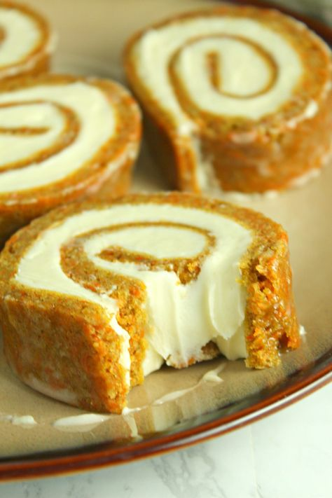 Carrot Cake Roll with Cream Cheese Frosting Filling - Dessert Recipes Cake Roll Recipes, Carrot Cake Roll Recipe, Mini Pie Recipes, Pumpkin Cheesecake Recipes, Apple Recipes, Pumpkin Recipes, Chicken Recipes, Banoffee Pie, Cream Cheese Filling