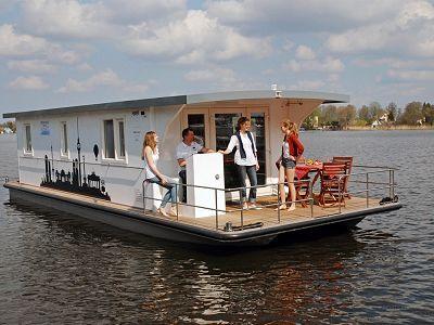Wer Einen Hausbooturlaub Plant Oder Ein Hausboot Mieten Mochte Der Wird Bei Der Bootsvermietung Am Muritzsee Fundig Der Mit Bildern Hausboot Mieten Hausboot Boot Urlaub