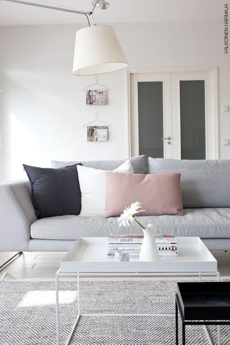 Un precioso salón con un sofá gris como protagonista