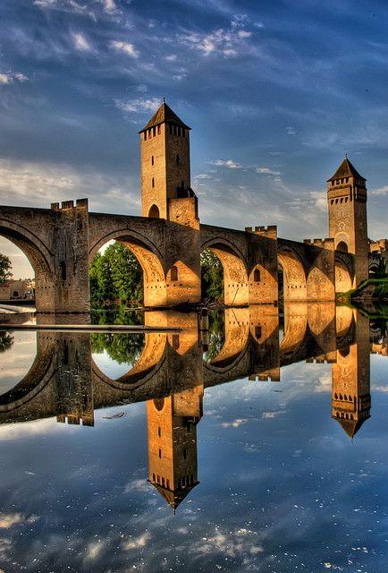 Pont Valentré, le symbole de la charmante ville de Cahors http://www.tourisme.fr/1882/office-de-tourisme-cahors.htm