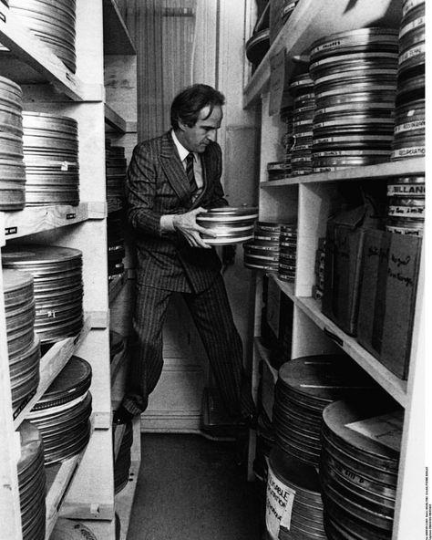 Francois Truffaut At His Office Paris 1981 Photo By Pierre Boulat Peoplemagazine Cosmosphoto Avec Images Francois Truffaut Truffaut Truffaut Film