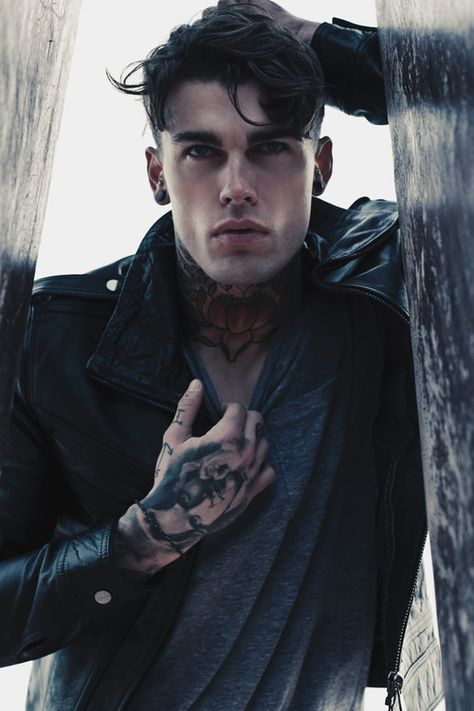 Stephen James, i LOve the fit of his shirt.