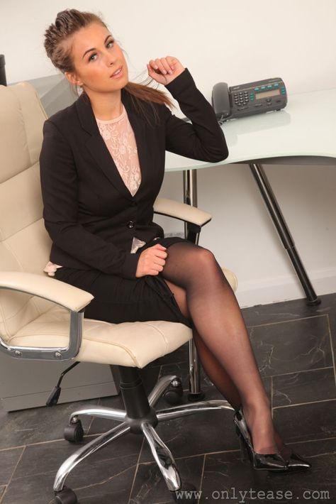 красивая бизнес леди в колготках