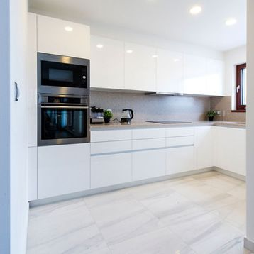 Fotos De Cocinas Disenos De Cocinas En L Blancas Pequenas Cerradas Sin Isla Con Electrodomesti Diseno De Cocina Cocinas De Casa Diseno De Cocina Moderna