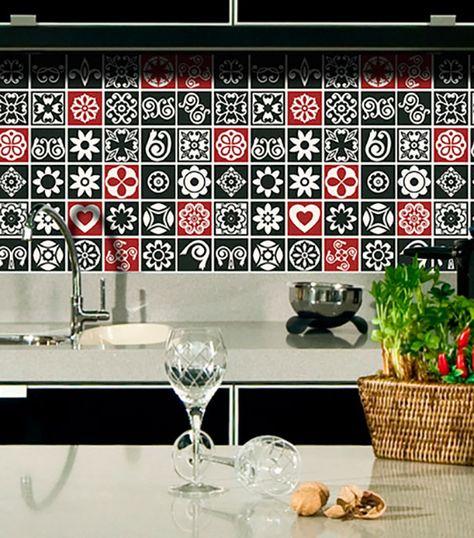 A placa de azulejo autocolante é uma excelente opção para a cozinha. A mescla de cores fortes traz um ar moderno ao ambiente. Por ser autocolante, pode ser usado tanto na parede, quanto para revestir portas de armários ou até da geladeira.
