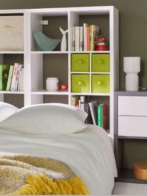 Belle Idee Gain De Place Dans Cette Chambre Ou La Tete De Lit Est Utilisee Comme Espace De Rangement Et Cube Rangement Etageres Modulables Rangement Modulable