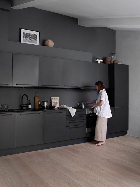 Det hvite kjøkkenet blespraylakkert i NSC S 8502 B, som er nestensamme, mørke farge som veggen. Nina jobber som grafisk designer, og har en lidenskap for interiør og design. Foto: Birgit Fauske