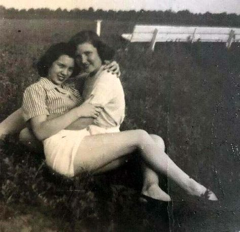 Vintage photographs of gay and lesbian couples and their stories. Gay Aesthetic, Couple Aesthetic, Aesthetic Vintage, Vintage Lesbian, Vintage Couples, Cute Lesbian Couples, Lesbian Love, Eric Lafforgue, Mädchen In Uniform