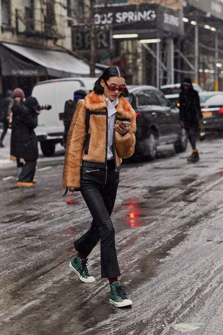 Nueve Ideas Inspiradoras De Chaquetas Para Llevar Con Camisa Según El Street Style Moda Nueva York Estilos De Calle De Otoño Chaqueta De Pelo