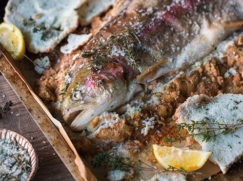 LACHSFORELLE IN SALZKRUSTE An Karfreitag kommt das älteste Symbol der Christen auf den Teller - Fisch. Bei diesem herrlich saftigen Forellen-Rezept vermisst garantiert niemand Fleisch auf der Speisekarte.
