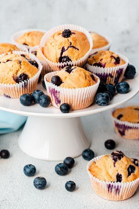 In Amerika gehören sie in jeden guten #Coffeeshop: #Blaubeermuffins. Die Mini-Kuchen sind #saftig, fluffig und einfach nur zum Reinbeißen. Mit unserem #Rezept gelingt dir das amerikanische #Original ganz einfach zuhause! #muffins #backen #backrezepte #amerikanischerezepte #kuchen #blueberrymuffins #usa