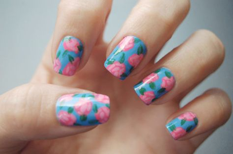 Pink roses on a blue base create the effect of a flowery wallpaper on your nails.