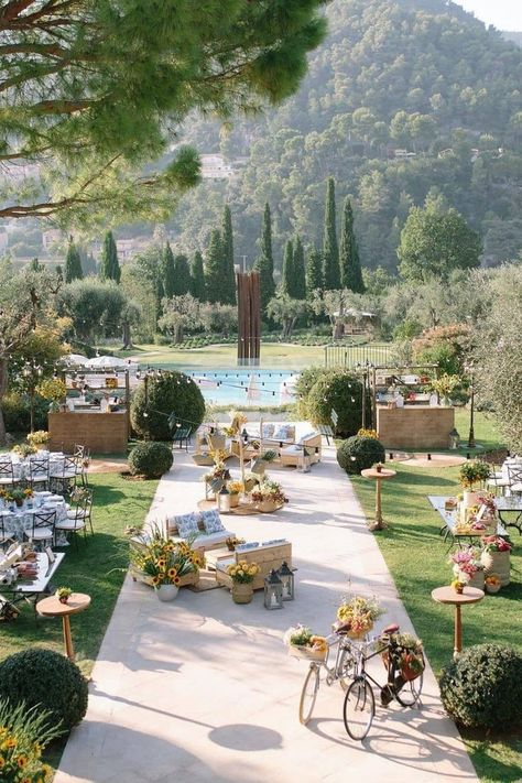 A setting that's so inviting. 😍 We're feeling totally inspired by this summer soiree, giving off tranquil and enchanting vibes! ☀️ | Photography: @mangostudios #stylemepretty #weddinginspiration #summerwedding #alfrescowedding
