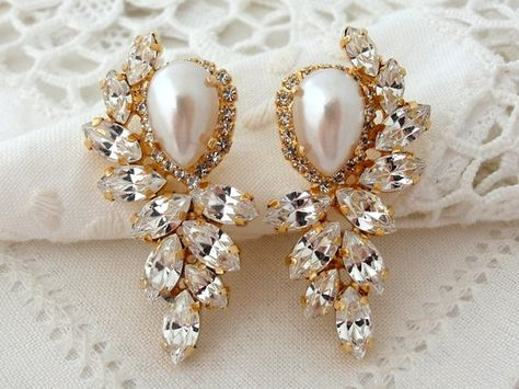 #weddings #jewelry #earrings #bridalearrings #extralargeearrings #chandelierearrings #crystalearrings #swarovskiearrings #pearlandcrystal #whitepearl #statementearrings #weddingjewlery #crystalclusterstud #silverearrings #bridalpearlearring