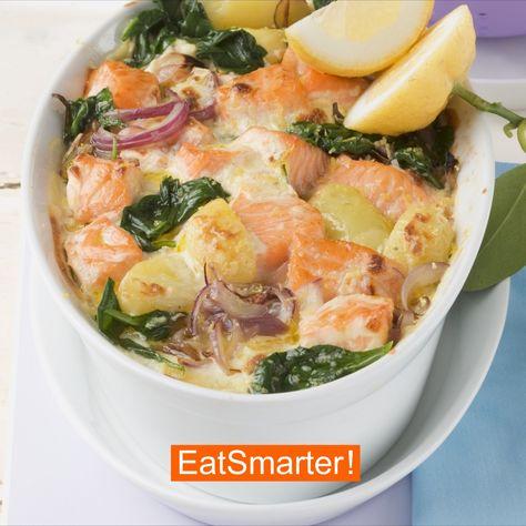 Die gesunde Kombination aus Spinat und Lachs versorgt dich zum Feierabend mit einer großen Portion Eiweiß. Ein tolles Gericht für Sport- und Fitness-Fans. | EAT SMARTER #fitness #rezept #feierabend #protein