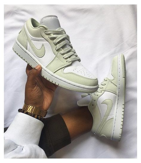 Dr Shoes, Nike Air Shoes, Hype Shoes, Me Too Shoes, Women's Shoes Sneakers, Green Nike Shoes, Shoes Jordans, Air Jordan Sneakers, Nike Shoes Outfits